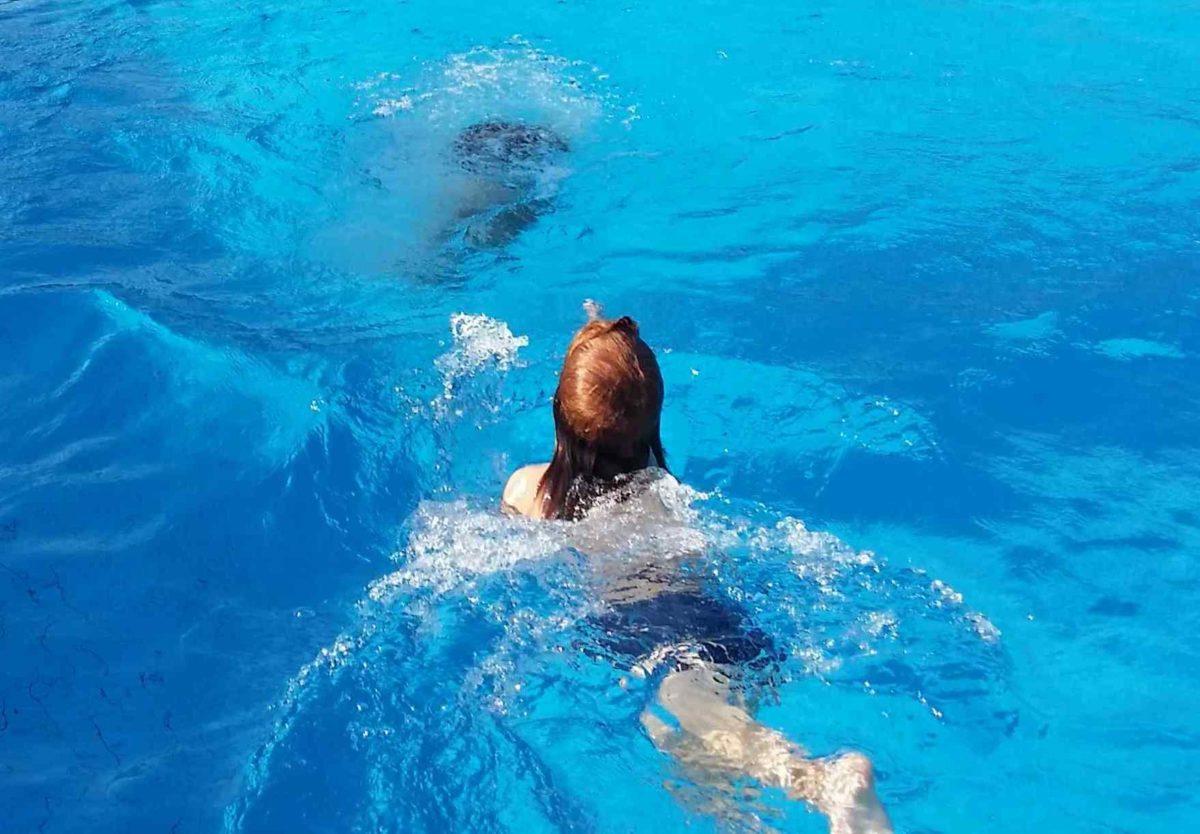 Read more about the article Frei schwimmen! Schwimmen lernen ohne Schwimmkurs, Schwimmflügel und Brustschwimmen, geht das denn?