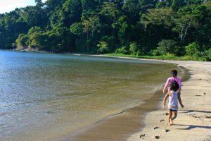 Mit Kindern Reisen ist toll, doch es gibt auch ein paar Schwierigkeiten. Welche das sind und wie du sie lösen kannst, liest du im Artikel.