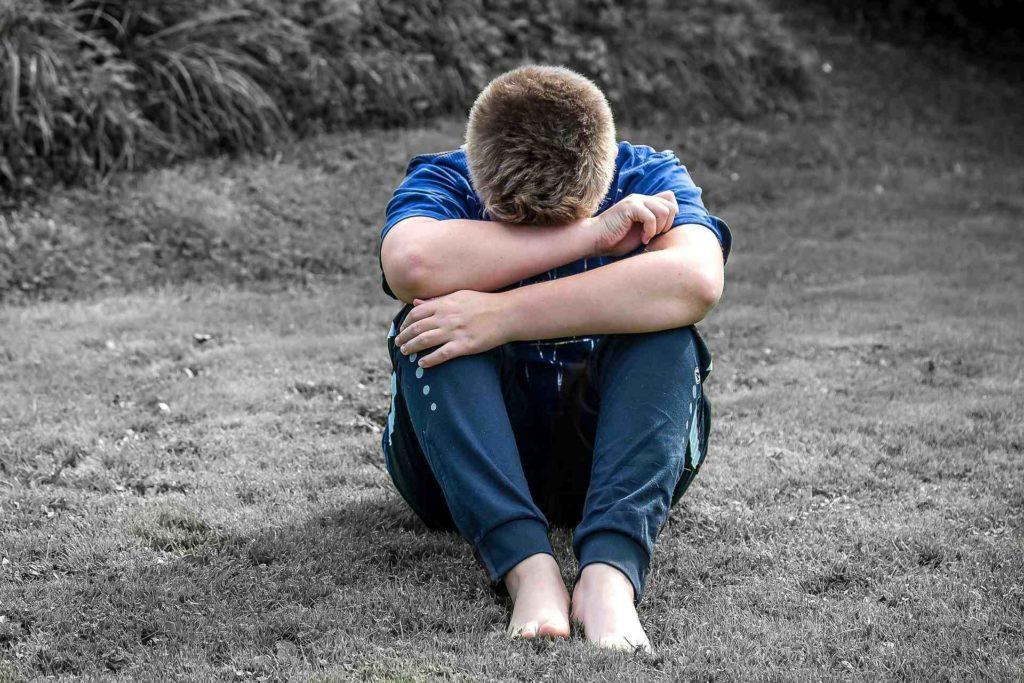 Gefühle beim Kind begleiten und Trauer zulassen. Die Gewaltfreie Kommunikation hilft dabei, Gefühle wie Ärger, Trauer und Freude zu benennen und das Bedürfnis dahinter zu sehen. So können wir mit uns und unserem Kind in Verbindung kommen. Blogparade: Als Familie durch eine Krise kommen. #Krise #Gefühle #GFK #Trauer #Inneres Kind