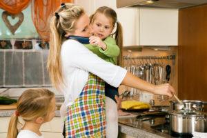Read more about the article Wie soll das eigentlich gehen mit dieser verdammten Vereinbarkeit? 17 Tipps und Strategien für Mütter (und Väter) gegen den Alltagswahnsinn.